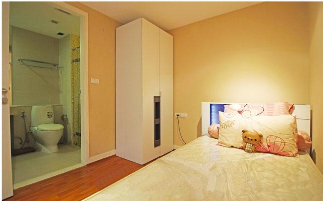 ル ニースの落ち着いた内装のベッドルーム