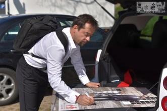 """Am Set von """"Feierstunde"""" - Signatur des Bildes für die NCL-Stiftung"""