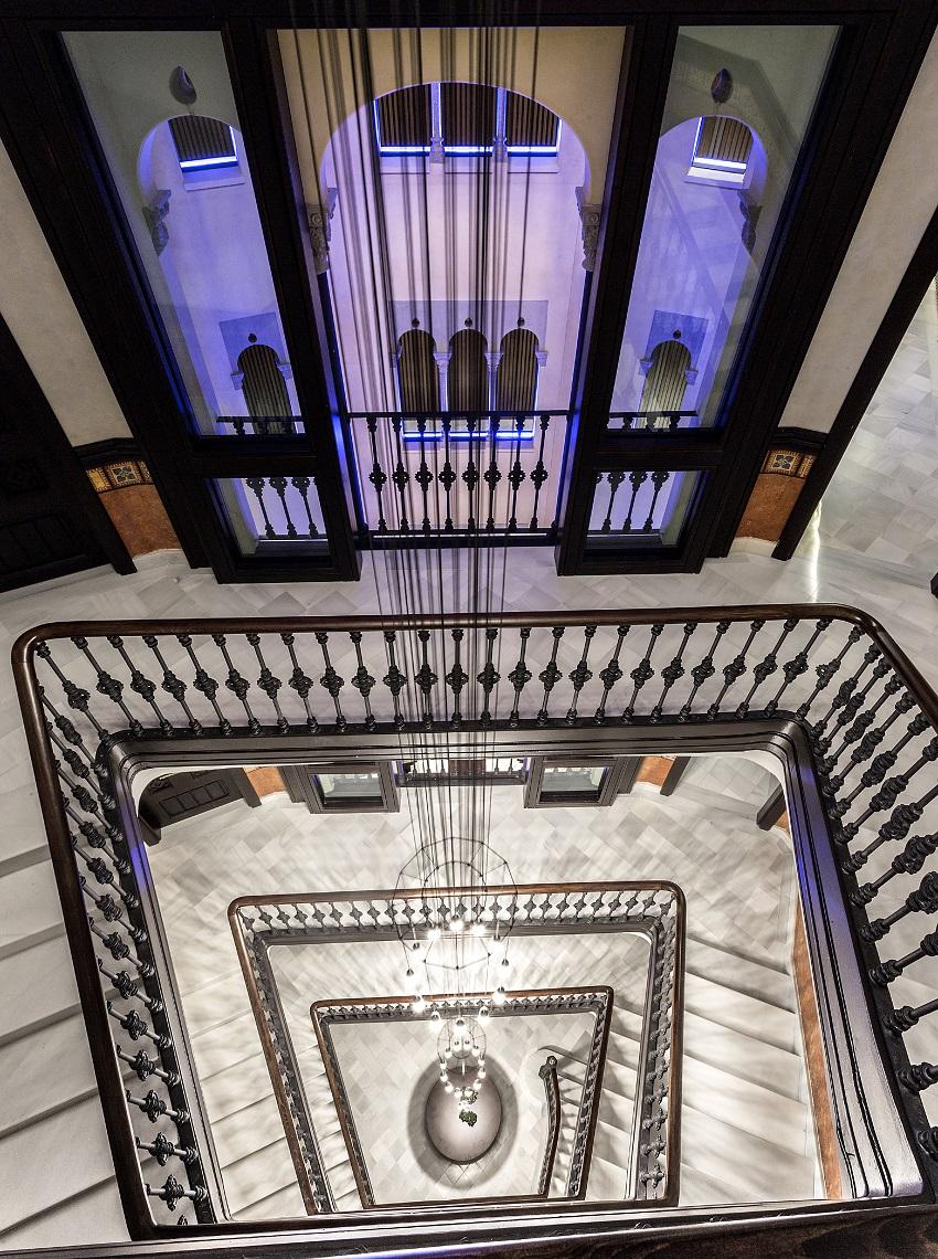 003 Monument - Escalera y Patio