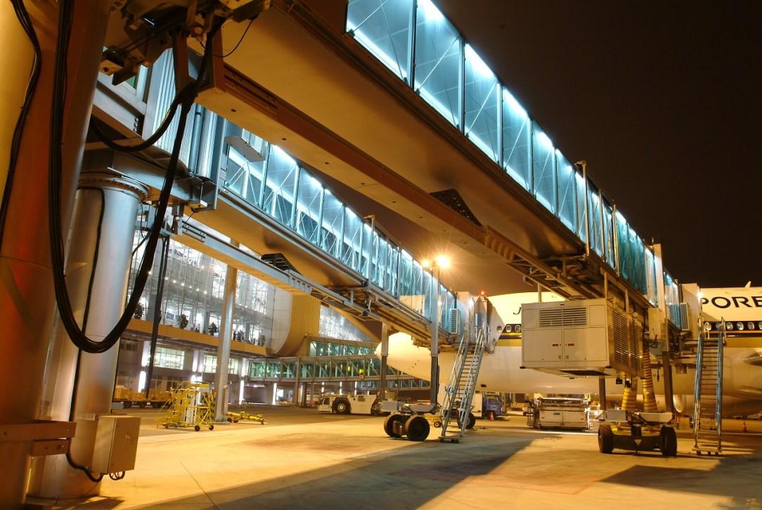 tkE_passenger_boarding_bridge_Guangzhou_Airport_