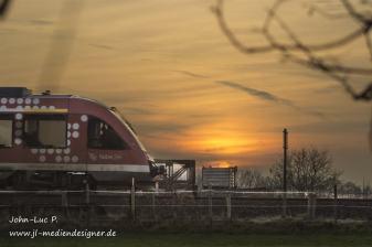 Zug bei Sonnenuntergang