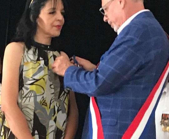 l'insigne de chevalier de l'ordre national du mérite à Jeannette Boufhal