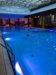 Een groot zwembad in Radisson Blu Hotel Radebeul.
