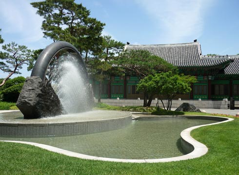 Fountain outside the main entrance to the Shilla. Part of the hotel is built in traditional style.