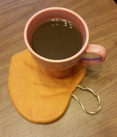 leaf mug rug with coffee