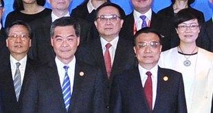 國務院總理李克強於博鰲亞洲論壇提出,建立上海與香港股票市場交易互聯互通機制。前排右起: 國務院總理李克強、行政長官梁振英。(政府新聞處)