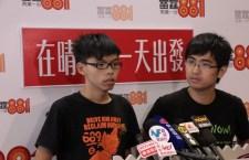 學民思潮召集人黃之鋒(左)指,政府必須向市民詳情解釋民情報告內容。(汪麒麟攝)