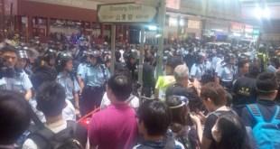 警方於山東街築起人鏈,呼籲在場市民離開。