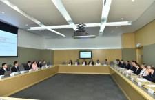 政府與私家醫院聯會代表會面,討論提高私家醫院收費透明度的計劃。(政府新聞處圖片)