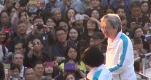 行政長官候選人曾俊華今日舉辦港島區巴士巡遊及造勢大會,爭取市民及選委支持。(影片截圖)