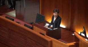林鄭月娥出席施政報告答問大會,有民主派議員追問她何時重啟政改,解決社會矛盾。(影片截圖)
