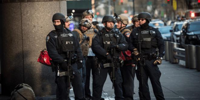 警員和特種部隊封鎖出入口調查。(紐約市政府Twitter圖片)