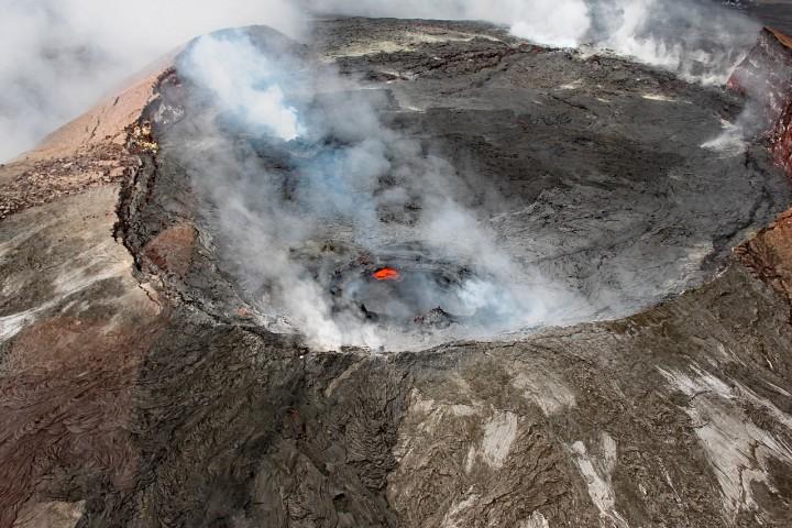夏威夷基拉韋厄火山在3日早上首度噴發,近2,000人因此須要緊急撤離。(網上圖片)