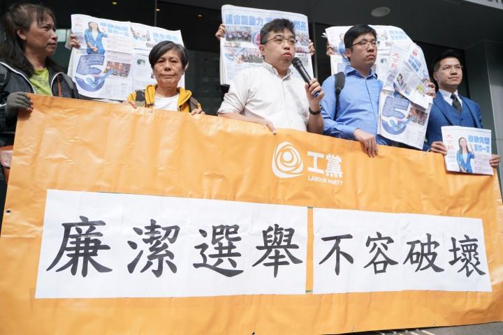 麥德正指兩份報章並沒有作出正式、正確及合理的申報,違反香港的文明選舉制度,又同時在挑戰香港的廉潔制度。 (黎志鐘攝)