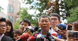 台北市長候選人柯文哲在太太陳佩琪陪同下,到台北市立圖書館票站投票,最終要待約90分鐘才能進入票站投票。(何濠烯、仇朗寧 台北報道)