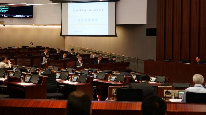 有議員建議政府今年應繼續派錢,財政司司長陳茂波則指派錢不符合本屆政府的理財新哲學。(黄牧兒攝)