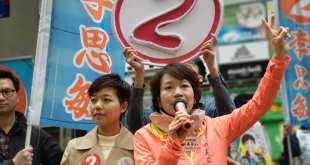 代表經民聯出選的李思敏(左)昨日在選區內拉票,獲多名建制派人物支持。(梁美芬個人Facebook專頁圖片)