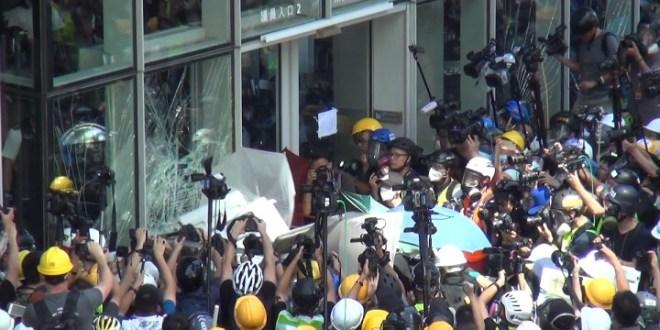 立法會衝擊逾12小時 一度佔領會議廳