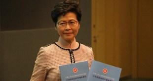 林鄭月娥新一份《施政報告》的封面連續第3年以藍色作為主調,寓意希望香港盡快雨過天青,重新出發。(袁曉聰攝)