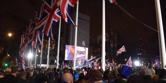 【英國脫歐】約翰遜稱非終結而是開端 支持者於國會廣場慶祝