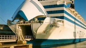 El «M/S Estonia» en el puerto de Tallin. Aquí se puede ver el portón de proa y la rampa de acceso de vehículos, las piezas centrales de la tragedia. (Foto: Vasabatarna.se) - Pulsar para ampliar -