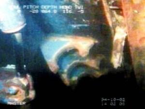 En esta foto submarina se pueden ver los enganches rotos del portón de proa en el pecio del «M/S Estonia». (FOTO: Colección del Estonia) - Pulsar para ampliar -