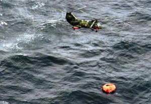Uno de los hombres rana del helicóptero sueco ha descendido sobre una de las balsas hinchables del «M/S Estonia» para comprobar si hay supervivientes. (Foto: Kustbevakningen) - Pulsar para ampliar -