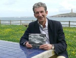 El periodista Manuel Guisande con un ejemplar de su libro «En tu línea», en La Coruña. (Foto: A. Amboade)