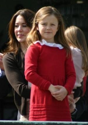 La princesa Isabella junto con su madre la princesa Mary en el castillo de Marselis, en Aarhus.(Foto © JM Noticias)