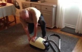 El noruego Rolf Henryford Kjeilen tratando de arrancar el aspirador como si fuera un cortacésped. (Foto: captura vídeo)