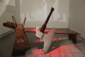 El hacha y el potro que se usaban para decapitar a los condenados a muerte. (Foto: © M.Mielgo - JMNoticias) - Pulsar para ampliar -