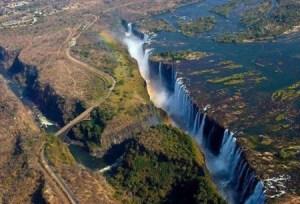Vista aérea del puente de las cataratas Victoria en la frontera de Zambia y Zimbabue. (Foto: captura vídeo)