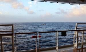 El «M/C Costa Deliziosa» localizó el velero y sus ocho tripulantes que esperaban ser rescatados. - PULSAR EN LA FOTO PARA AMPLIAR - Todas las fotos cortesía de tripulación y pasajeros.