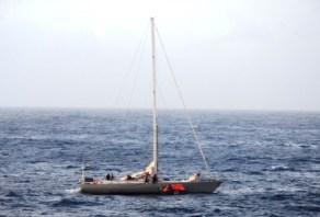 La tripulación del «S/V Buccaneer» lanza el bote salvavidas al agua para poder ir hasta al crucero. - PULSAR EN LA FOTO PARA AMPLIAR - Todas las fotos cortesía de tripulación y pasajeros.
