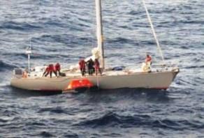 Los ocho tripulantes del «S/V Buccaneer» se preparan subir al bote salvavidas. - PULSAR EN LA FOTO PARA AMPLIAR - Todas las fotos cortesía de tripulación y pasajeros.