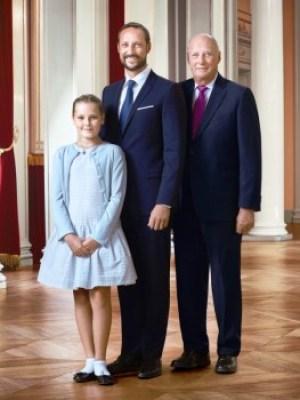 La princesa Ingrid Alexandra con su padre el príncipe Haakon y su abuelo el rey Harald V de Noruega. (Foto: Jørgen Gomnæs / Det kongelige hoff) - Pulsar para ampliar - -
