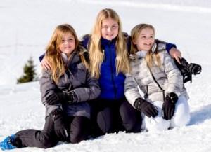 La princesa Alexia (izquierda), junto con su hermana mayor la Princesa de Oranje, Catharina-Amalia (centro) y su hermana pequeña la princesa Ariane, posan en la nieve horas antes del accidente. (Foto: Cortesía Casa Real de los Países Bajos)