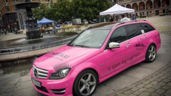 El «jentetaxi» está pintado de rosa y lleva pestañas en los faros. Es gratuito y sólo lleva a mujeres entre las 10 de la noche y las 5 de la madrugada de miércoles a domingo. (Foto: Press photo handout)