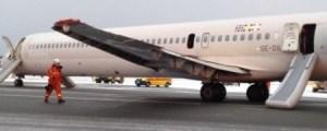 El avión averiado de SAS en el aeropuerto de Copenhague tras ser evacuado. (Foto: Princesa Mette-Marit vía Twitter)