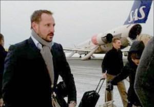 El príncipe Haakon se aleja del avión averiado por la pista helada del aeropuerto tras ser evacuado. (Foto: Pasajero particular)