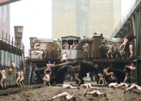 «The Humping Pact» el arte de fornicar con los restos de una vieja fábrica. (Foto: captura vídeo)