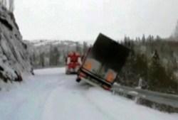 En Noruega no te arrimes mucho a la ladera con el camión. (Foto: captura vídeo)