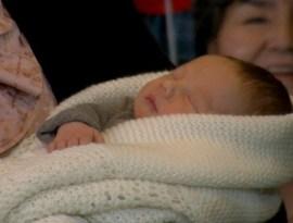 Uno de los dos bebés, el niño, en brazos de su madre. (Foto: © Marisa Trapero - JM Noticias) - PULSAR PARA AMPLIAR -