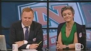 Anders Breinholt, presentador de «Natholdet» y responsable del programa, junto con la ministra Margrethe Vestager, viendo el montaje. (Foto: Captura vídeo)