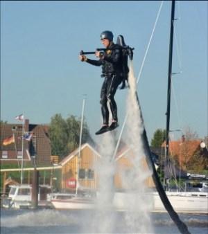 Se dirige con los brazos y el cuerpo. Está conectado con una manguera a una barca. (Foto: Promoción fabricante) - PULSAR PARA AMPLIAR -