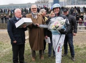 El marido de la reina Margarita de Dinamarca entrega el premio «Prins Henriks Cup» al ganador. (Foto ©M.Mielgo - JM Noticias)