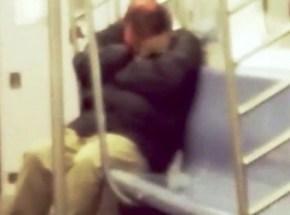 La rata subiendo por el brazo y hombro del pasajero que duerme en el vagón del Metro de Nueva York. (Foto: captura vídeo)