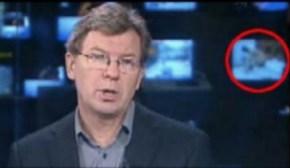 Imagen del informativo de la SVT sueca. En el televisor de la derecha se puede ver la película porno. (Foto: Captura TV) - PULSAR PARA AMPLIAR -