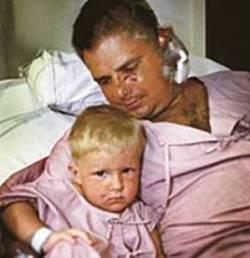 El día del reencuentro de Hannes con su padre Marko Kärkkäinen en el hospital. (Foto: medios)
