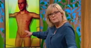 La directora Suzanne Axell explica una hernia inguinal sobre una figura masculina con pene de gran tamaño (Foto: captura SVT)